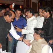 14jul SalmanSRKIftar2Hug04 185x185 SRK, Salman and other stars at Siddiqui Iftaar Party