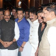 14jul SalmanSRKIftar2Hug06 185x185 SRK, Salman and other stars at Siddiqui Iftaar Party