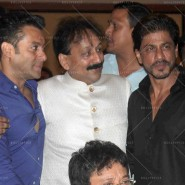 14jul SalmanSRKIftar2Hug07 185x185 SRK, Salman and other stars at Siddiqui Iftaar Party