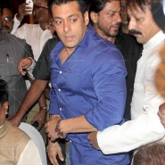 14jul SalmanSRKIftar2Hug08 185x185 SRK, Salman and other stars at Siddiqui Iftaar Party