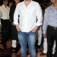 14jul SalmanSRKIftar2Hug14 185x185 SRK, Salman and other stars at Siddiqui Iftaar Party