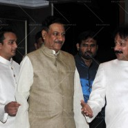 14jul SalmanSRKIftar2Hug22 185x185 SRK, Salman and other stars at Siddiqui Iftaar Party