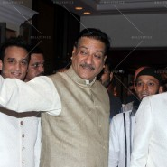 14jul SalmanSRKIftar2Hug23 185x185 SRK, Salman and other stars at Siddiqui Iftaar Party