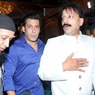 14jul SalmanSRKIftar2Hug34 185x185 SRK, Salman and other stars at Siddiqui Iftaar Party