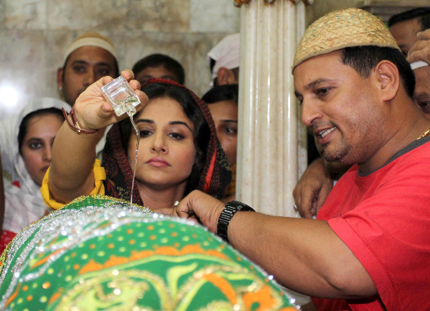 183338 Vidya Balan offer prayers at Mahim Dargah