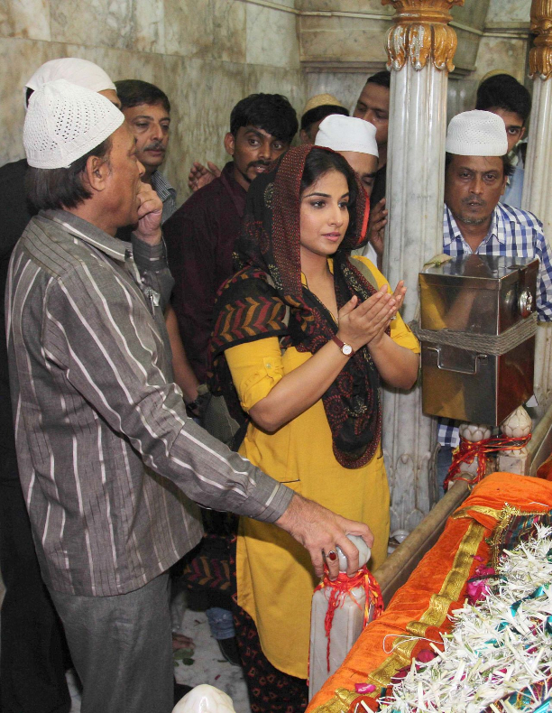 183339 Vidya Balan offer prayers at Mahim Dargah