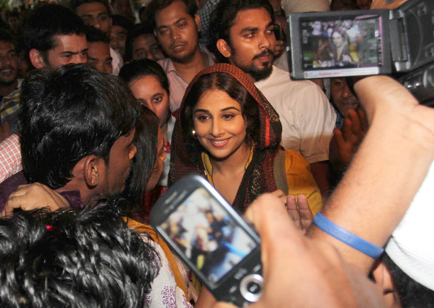 183340 Vidya Balan offer prayers at Mahim Dargah