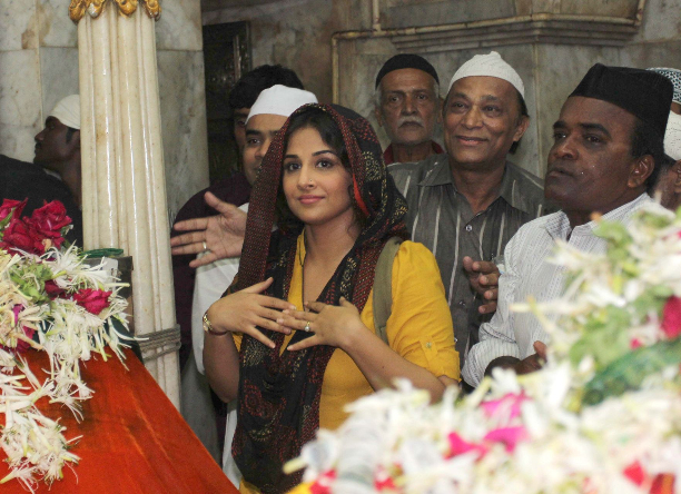 183345 Vidya Balan offer prayers at Mahim Dargah