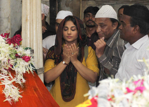183347 Vidya Balan offer prayers at Mahim Dargah