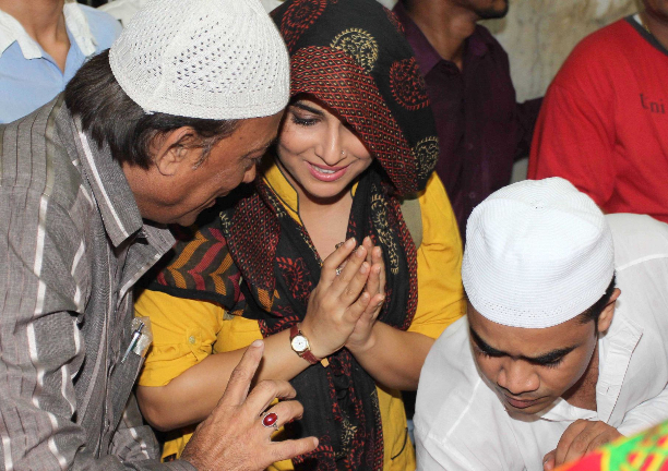 183349 Vidya Balan offer prayers at Mahim Dargah