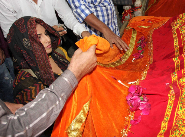183350 Vidya Balan offer prayers at Mahim Dargah