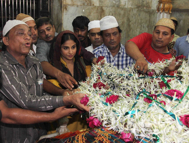 183352 Vidya Balan offer prayers at Mahim Dargah
