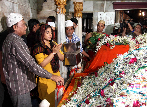 183353 Vidya Balan offer prayers at Mahim Dargah