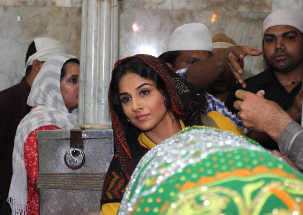 183354 Vidya Balan offer prayers at Mahim Dargah