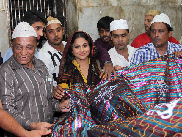 183355 Vidya Balan offer prayers at Mahim Dargah