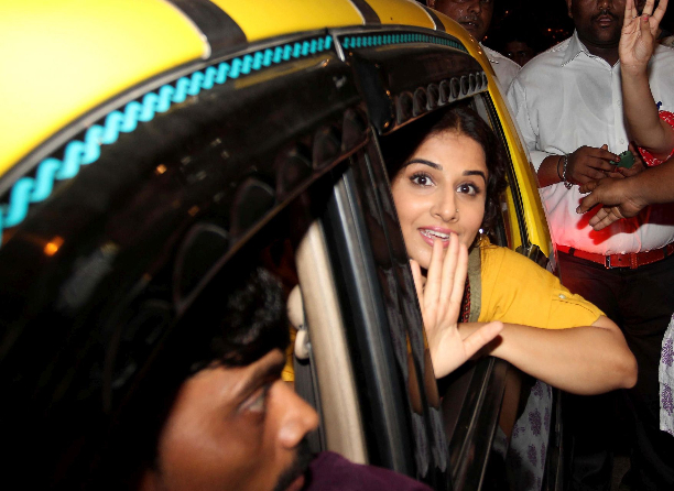 183356 Vidya Balan offer prayers at Mahim Dargah