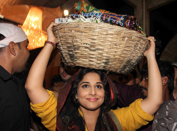 183360 Vidya Balan offer prayers at Mahim Dargah