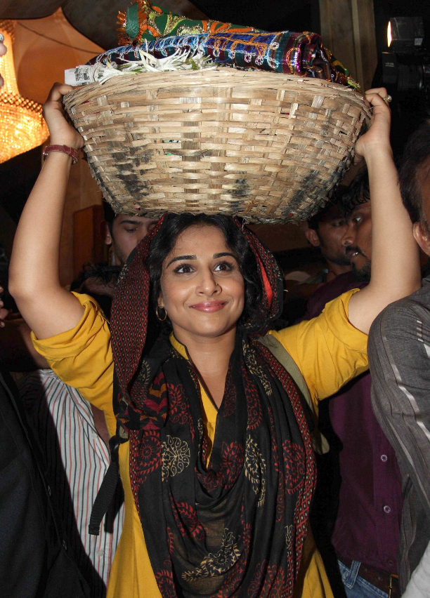 183362 Vidya Balan offer prayers at Mahim Dargah