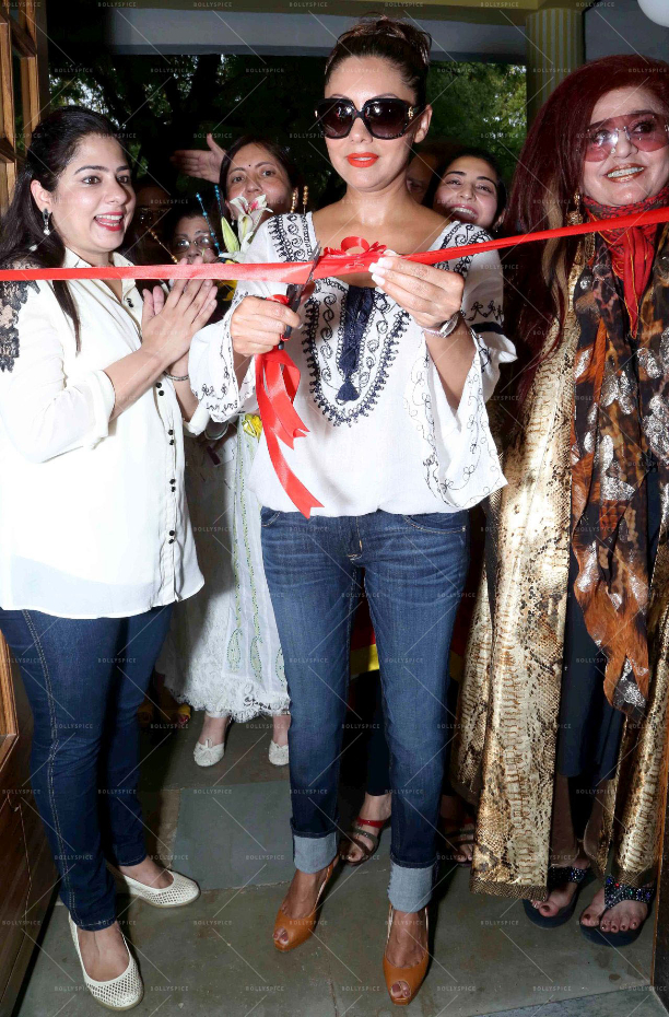 183599 In Picures: Gauri along with Suhana and Aryan Khan launch The Brown Box Bakery
