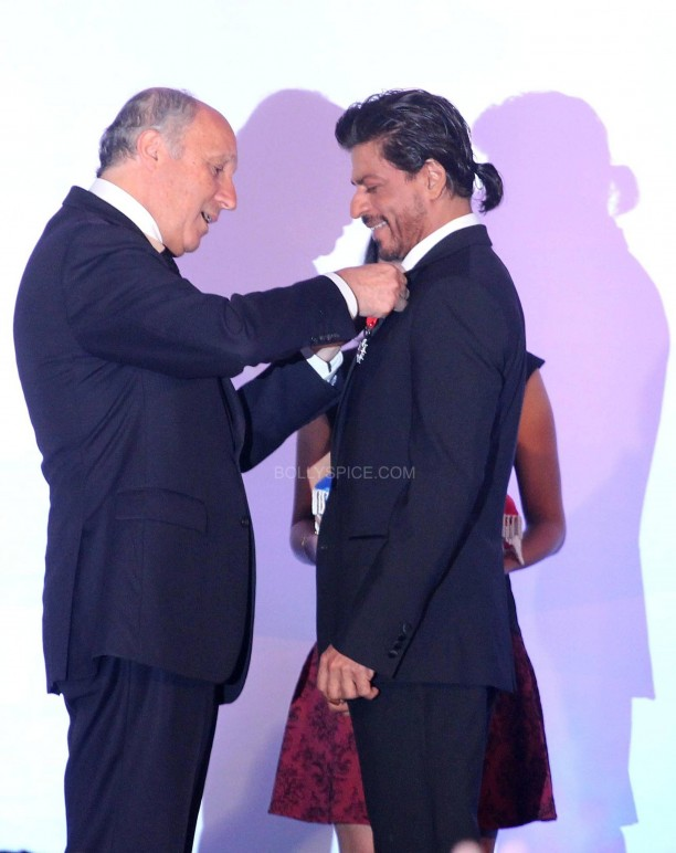 srkfranceaward10 612x772 Pictures! Shah Rukh Khan Honored with French Knight of the Legion of Honour