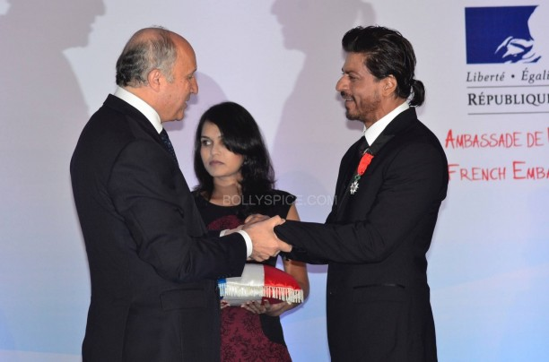 srkfranceaward12 612x404 Pictures! Shah Rukh Khan Honored with French Knight of the Legion of Honour