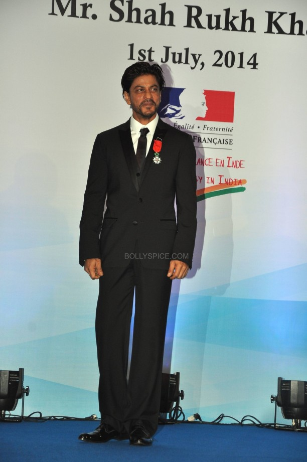 srkfranceaward13 612x921 Pictures! Shah Rukh Khan Honored with French Knight of the Legion of Honour
