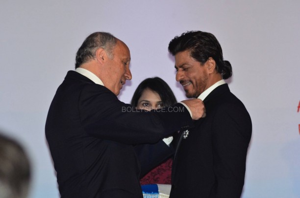 srkfranceaward14 612x405 Pictures! Shah Rukh Khan Honored with French Knight of the Legion of Honour