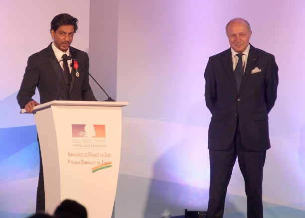srkfranceaward15 612x438 Pictures! Shah Rukh Khan Honored with French Knight of the Legion of Honour