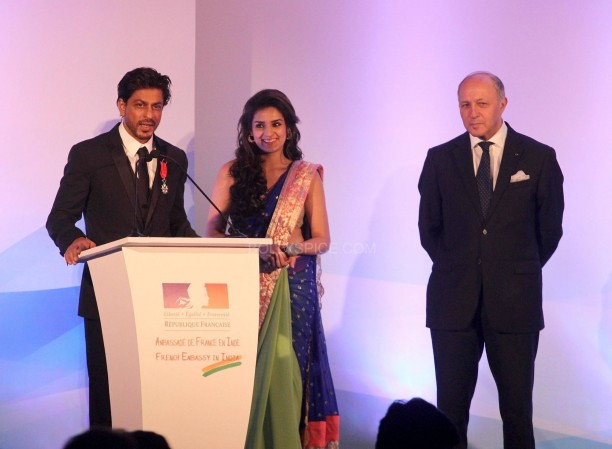 srkfranceaward2 612x449 Pictures! Shah Rukh Khan Honored with French Knight of the Legion of Honour