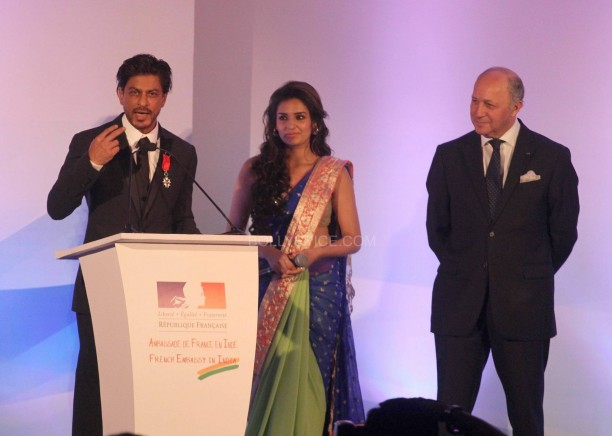 srkfranceaward4 612x436 Pictures! Shah Rukh Khan Honored with French Knight of the Legion of Honour