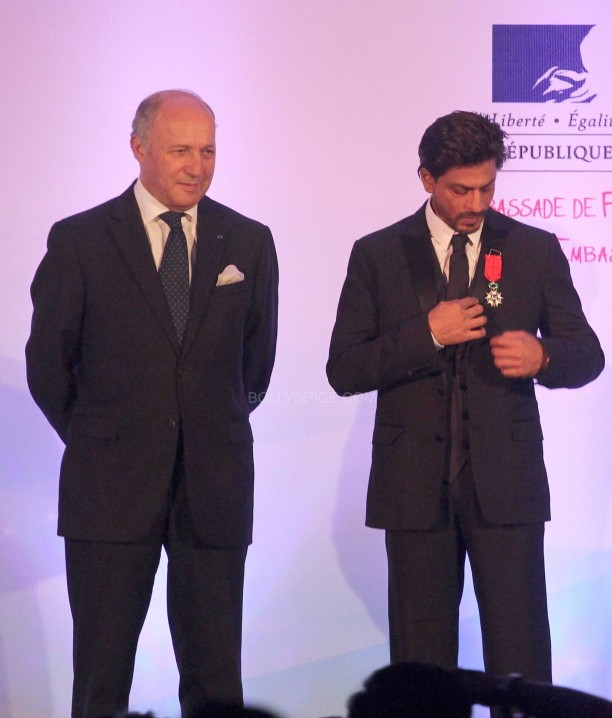 srkfranceaward6 612x718 Pictures! Shah Rukh Khan Honored with French Knight of the Legion of Honour