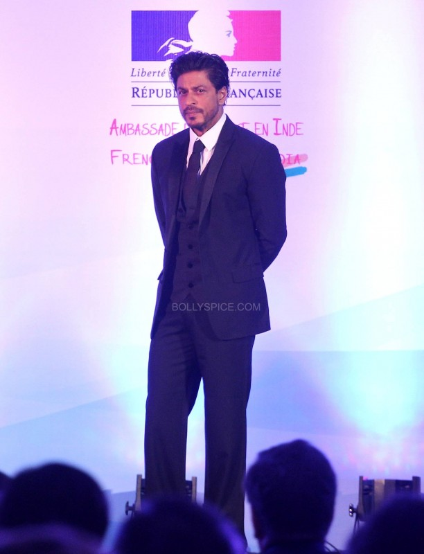 srkfranceaward7 612x800 Pictures! Shah Rukh Khan Honored with French Knight of the Legion of Honour