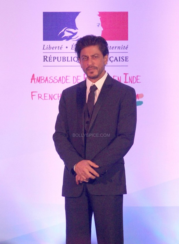 srkfranceaward8 612x831 Pictures! Shah Rukh Khan Honored with French Knight of the Legion of Honour