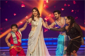 14aug JDJ7 Gurushetra04 300x198 Jhalak Dikhhla Jaa 7: Akshay Kumar, Kareena Kapoor & Gurukshetra!