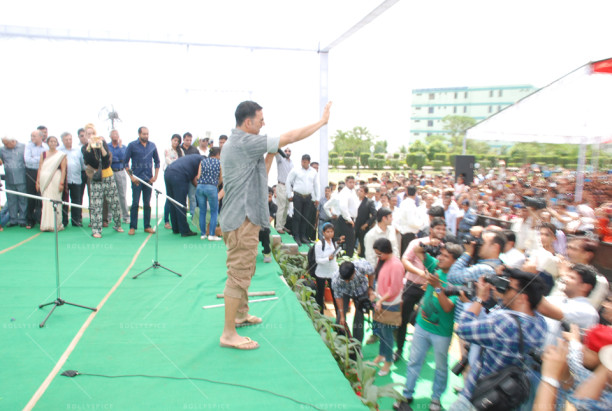 15apr_AkshayShruti-GabbarIsBack-Delhi02