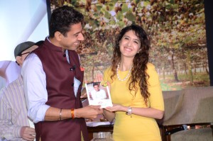 Chef Ranveer gifts Pooja Makhija a SunGold kiwifruit recipe book
