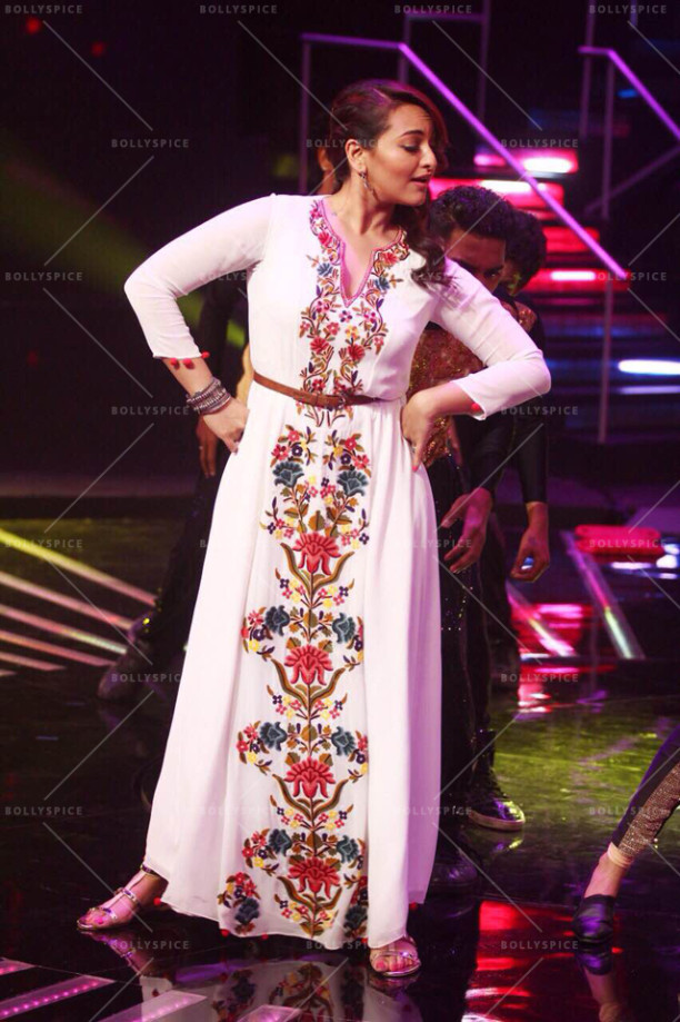 15jul_Sonakshi-NachanFarrate-IndianIdol02