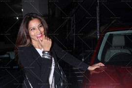 bipasha basu snapped at pvr juhu with karan singh grover and rocky s (1)