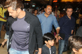 hritik roshan snapped at pvr ecx with kids (2)