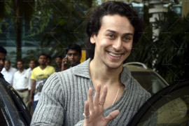 kangna-ranaut-and-tiger-shroff-snapped-at-domestic-airport-(15)