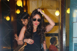 kareena and karishma kapoor snapped at a saloon in bandra (16)