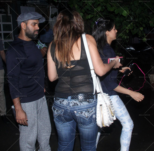 mira rajput snapped outside a bar in bandra (2)