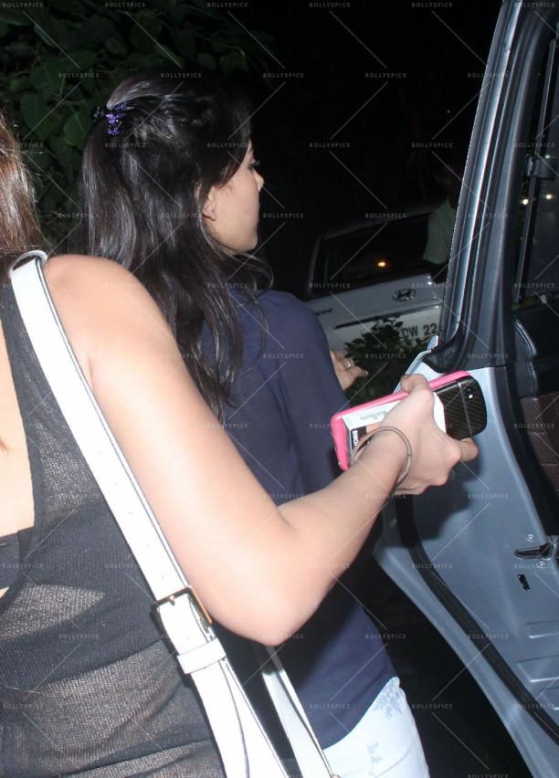 mira rajput snapped outside a bar in bandra (3)