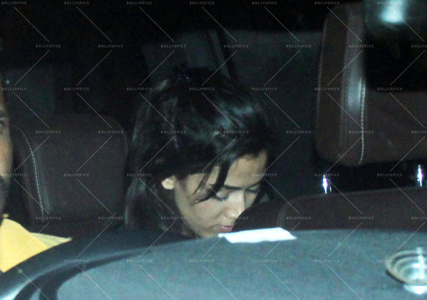 mira rajput snapped outside a bar in bandra (5)