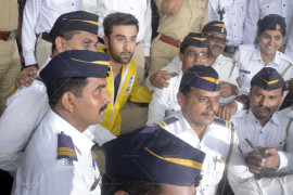 ranbir-kapoor-felicitates-mumbai-traffic-police-(24)