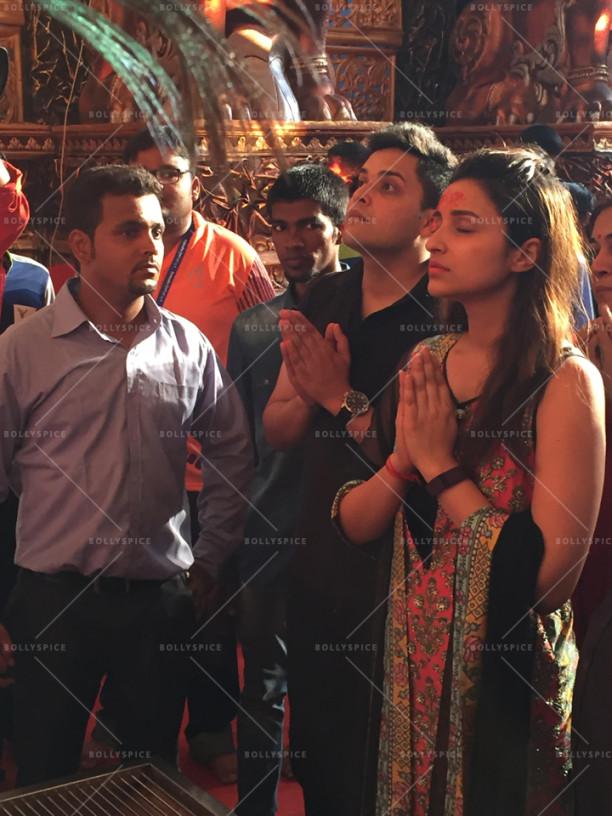15sep_LalBaghChaRaja-Ganesh-Parineeti05