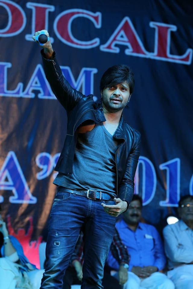 Ratlam India  City new picture : Himesh Reshammiya performs in Ratlam, India 1