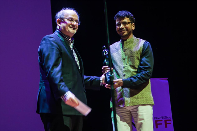 Salman Rushdie presenting the award for Best Film accepted by Umesh Vinayak Kulkarni for HIGHWAY who also won Best Director for the film. Photo credit: Mo Pitz