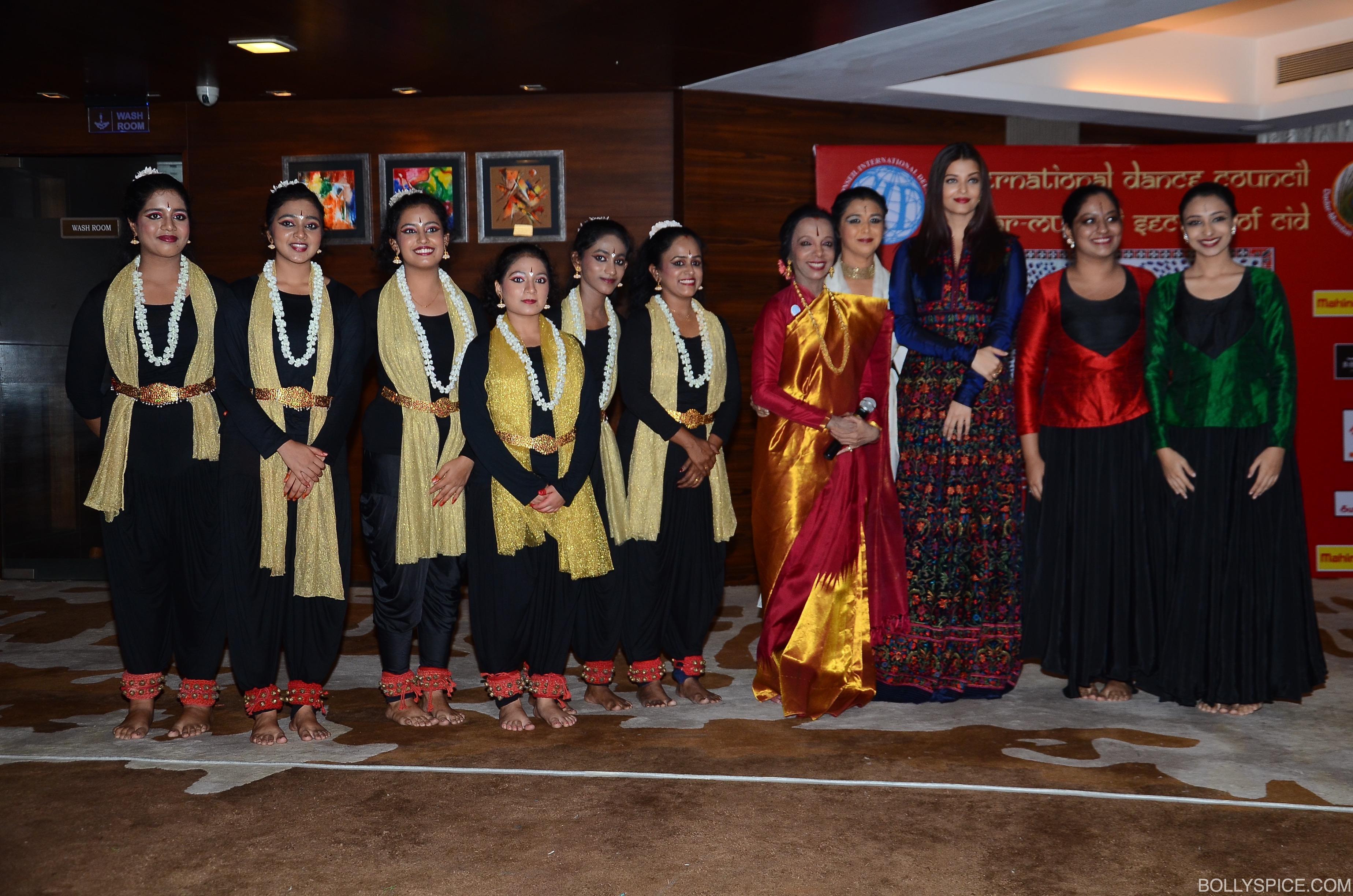 aishwarya-rai-bachchan-with-dance-perfromers