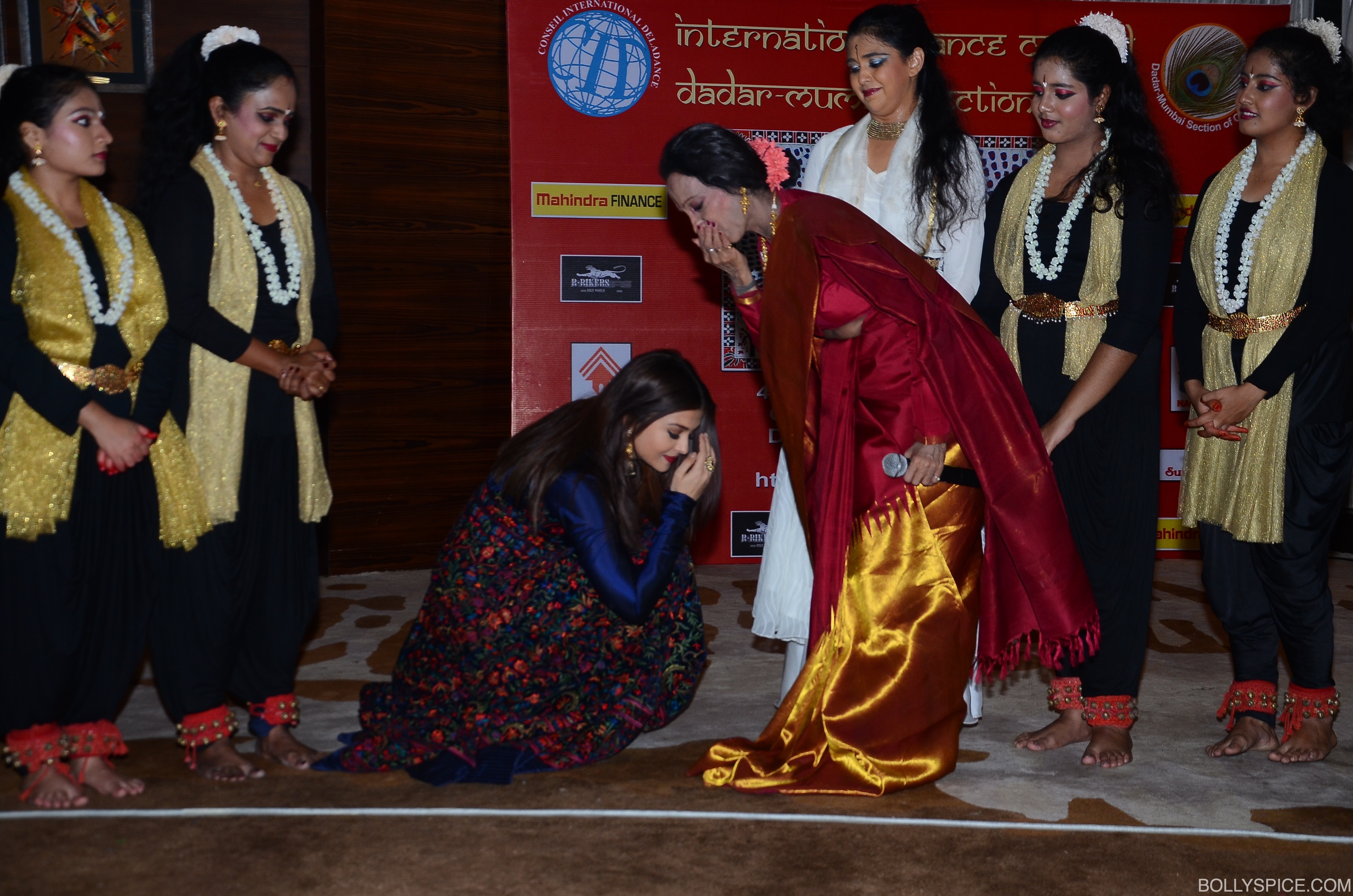 aishwarya-seeks-blessings-from-her-dance-guru-lata-akka-teacher